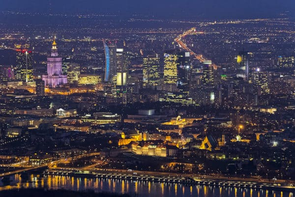 stare miasto i wieżowce nocą