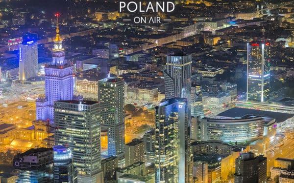 warszawskie wieżowce nocą