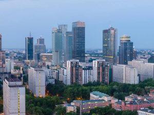 Poranna Warszawa i wieżowce widziane z dachu
