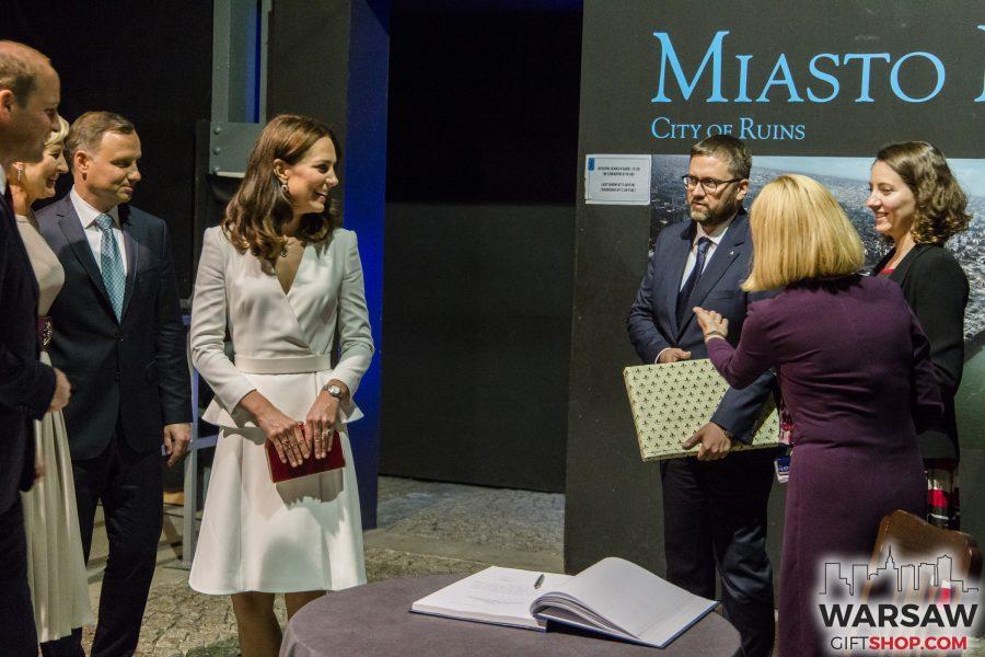 Para książęca Kate i William w Muzeum Powstania Warszawskiego otrzymała album fotograficzny Warsaw On Air