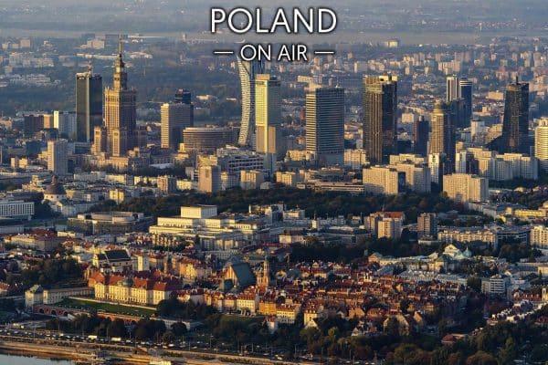 Warszawskie wieżowce ponad Starym Miastem i Okęciem w tle fotoobraz POLAND ON AIR